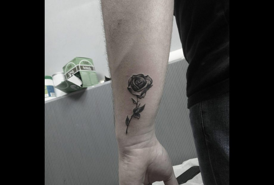 קעקוע פרח שחור אפור