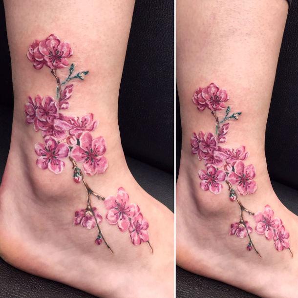 קעקוע ברגל של פרחים עדינים